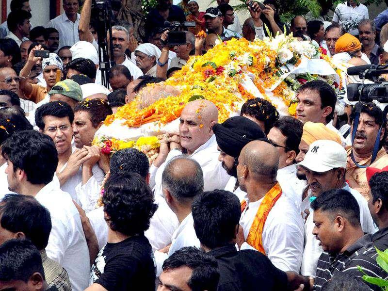 Relatives and fans of actor-wrestler Dara Singh during his funeral in Mumbai.