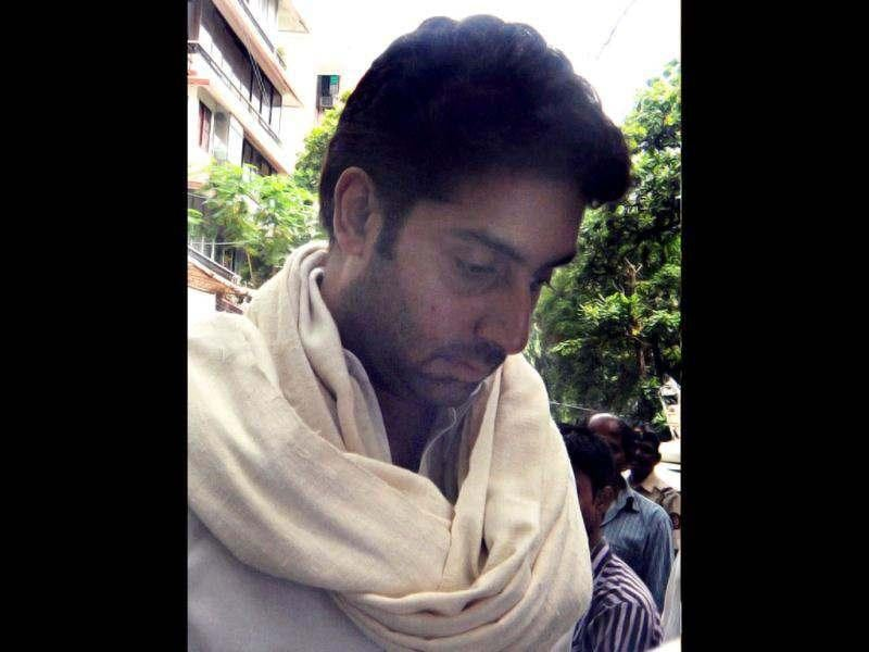 Abhishek Bachchan attends the cremation ceremony of late Bollywood actor Dara Singh.