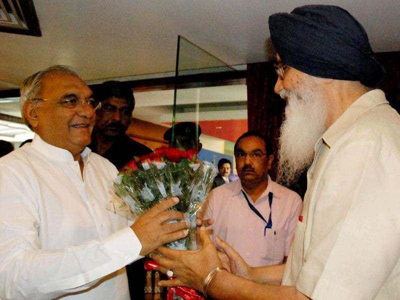 Haryana chief minister Bhupinder Singh is being welcomed by the Punjab chief minister Parkash Singh Badal at northern zonal council meeting held at Chandigarh. UNI