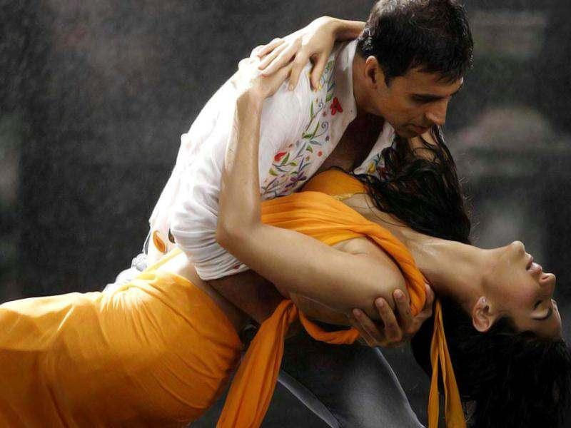 SENSUOUS! Katrina Kaif set the screen on fire in Gale Lag Ja with Akshay Kumar. The song was from the film De Dana Dan.