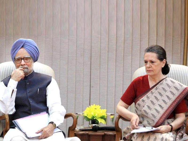 UPA chairperson Sonia Gandhi (R) with Prime Minister Manmohan Singh announces the name of Hamid Ansari as UPA's candidate for vice president during a meeting in New Delhi. PTI/Shahbhaz Khan