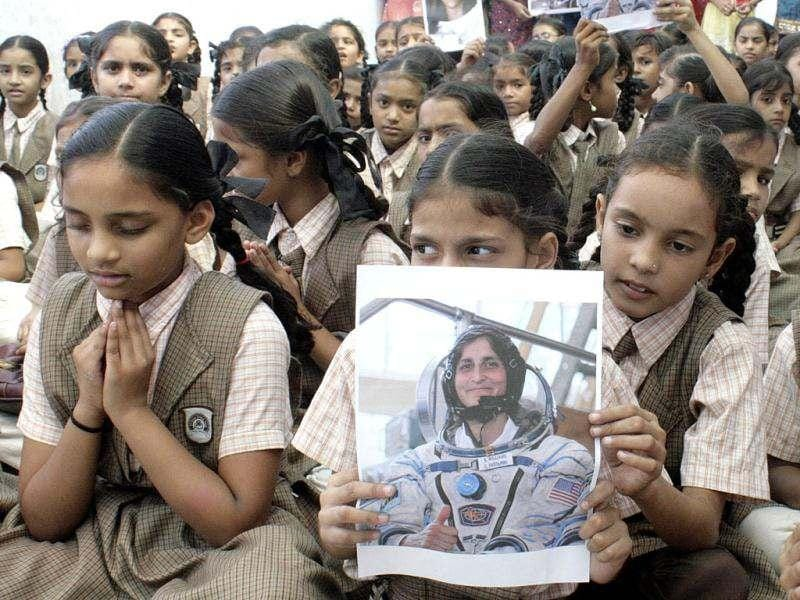 School children pray for the safe return of US astronaut of Indian origin Sunita Williams, during a ceremony in Ahmedabad. (UNI Photo)