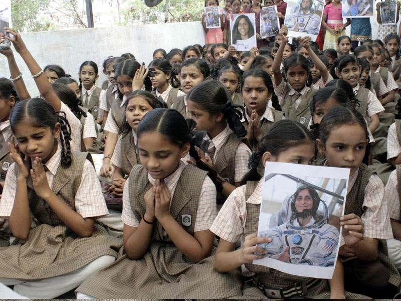 School students perform prayers for US astronaut of Indian-Slovenian origin Sunita Williams, on the eve of her second scheduled journey to space, in Ahmedabad. (UNI photo)