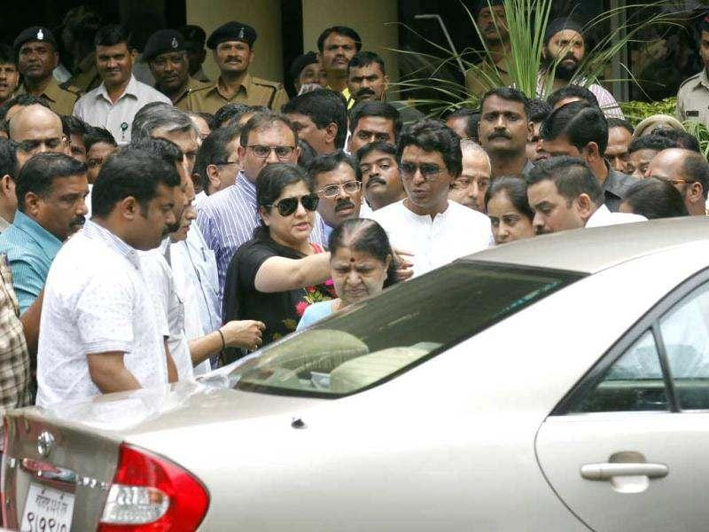MNS chief Raj Thackeray with his family comes out of Lilavati hospital, Bandra after visiting his cousin Uddhav Thackeray. Uddhav was hospitalised after he complained of chest pain. HT/Vijayanand Gupta
