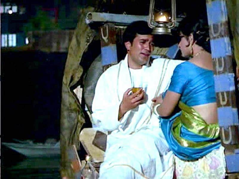 Amar Prem was directed by Shakti Samanta, and is based on a story Nishipadma by Bibhutibhushan Bandopadhyay and stars Rajesh Khanna and Sharmila Tagore. The thought-provoking song Chingaari Koi Bhadke written by Anand Bakshi and sung by Kishore Kumar, is one of the highlights of this classic.