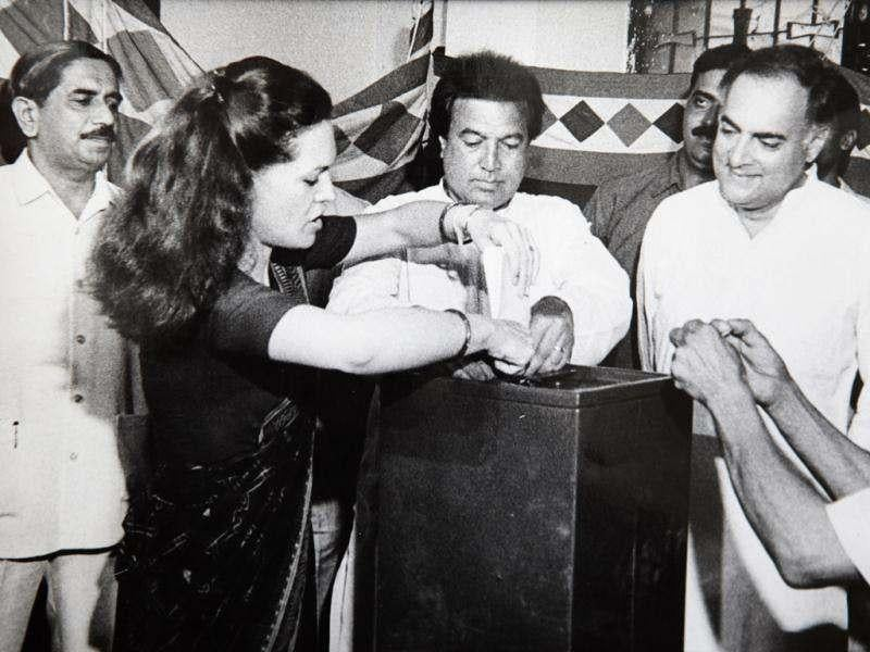 Rajesh Khanna, along with Rajiv and Sonia Gandhi, votes in Delhi on May 20, 1991. (HT Photo)