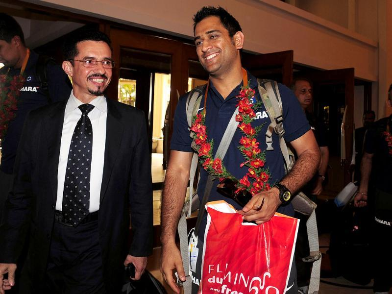 Indian cricket captain Mahendra Singh Dhoni (R) arrives with his team in Colombo. AFP/Lakruwan Wanniarachchi