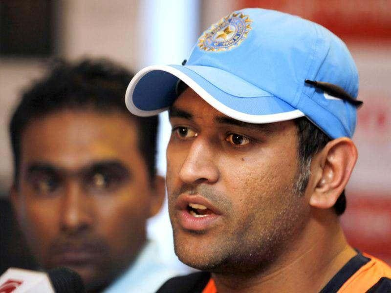 Mahendra Singh Dhoni speaks beside Sri Lanka's counterpart Mahela Jayawardene during a press conference in Colombo, Sri Lanka. AP/Gemunu Amarasinghe