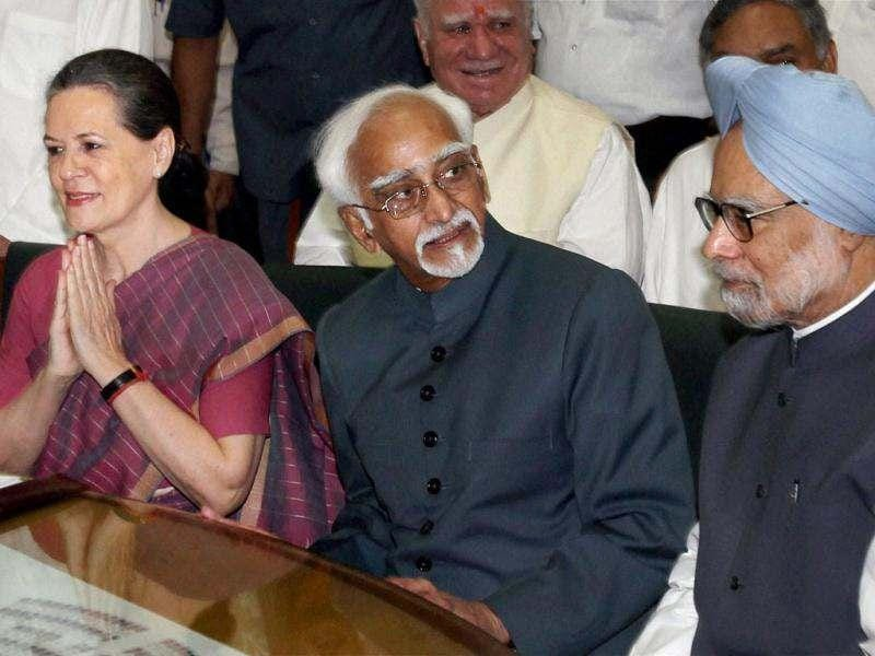 UPA's vice presidential candidate Hamid Ansari, flanked by Prime Minister Manmohan Singh and UPA chairperson Sonia Gandhi, while filing his nomination papers at Parliament House in New Delhi. PTI/Shahbaz Khan