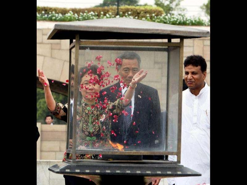 Singapore's Prime Minister Lee Hsien Loong with his wife Ho Ching paying homage to Mahatma Gandhi at Rajghat in New Delhi. (PTI Photo/Shahbaz Khan)