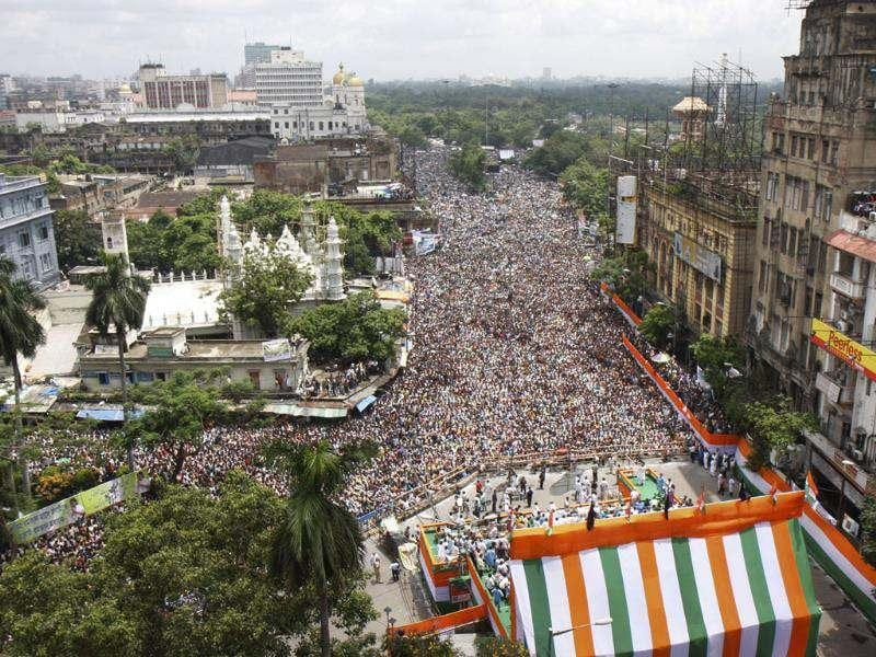 Massive crowd ignoring the rain eagerly listening TMC Supremo Mamata Banerjee during their Martyr's Day rally, in Kolkata, India. HT/Subhankar Chakraborty