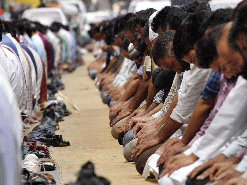 Muslims in Srinagar offer prayers on a street during the first day of the fasting month of Ramadan. Muslims fasting in the month of Ramadan must abstain from food, drink and sex from dawn until sunset, when they break the fast with the meal known as Iftar. (Photo by Waseem Andrabi/HT Photo)