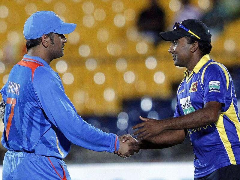 Mahendra Singh Dhoni (L) shakes hands with Sri Lanka's captain Mahela Jayawardene after India won the first One Day International cricket match in Hambantota. (Reuters/Dinuka Liyanawatte)