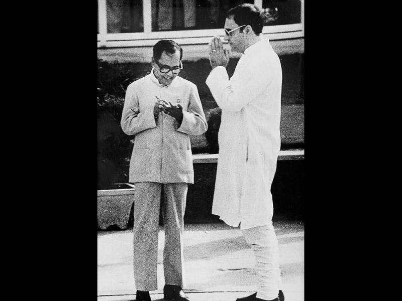 Pranab Mukherjee with former Prime Minister Rajiv Gandhi at the Delhi airport in 1986. HT file photo