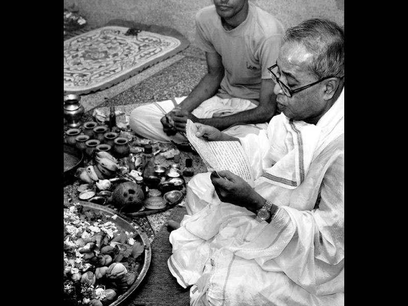 Pranab Mukherjee participating in a puja ceremony at his ancestral home in Mirati, near Bolpur, Birbhum in 2009. Back then, Mukherjee was the Union finance minister in the United Progressive Alliance government. HT file photo