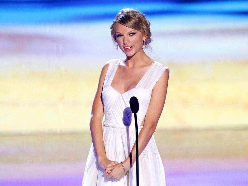 Singer Taylor Swift speaks on stage at the Teen Choice Awards. (Reuters photo)