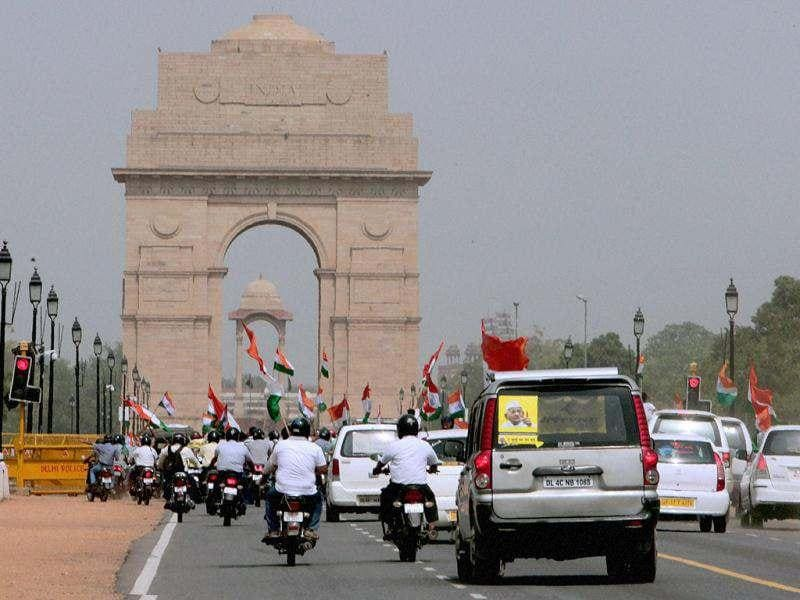 Anti-corruption activist Anna Hazare's convoy at India Gate in New Delhi. Hazare arrived in Delhi to offer support to Team Anna members who are scheduled to go on indefinite fast at Jantar Mantar. (PTI Photo/Subhav Shukla)