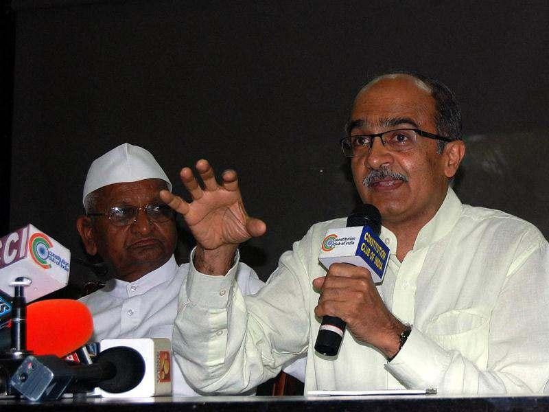 Team Anna member Prashant Bhushan flanked by Anna Hazare and Kiran Bedi, addressing media persons on the eve of an indefinite fast by him and assocites against corruption, at Jantar Mantar, in New Delhi.
