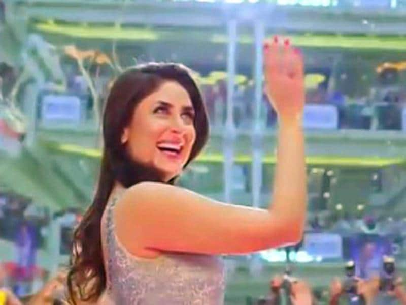 Kareena Kapoor aka Mahi waves at her fans.