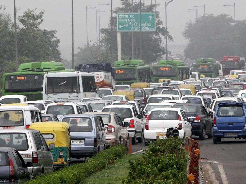 Heavy traffic at Nizamuddin bridge on NH 24 in New Delhi as Delhi Metro services were disrupted because of the major failure in the Northern Grid that supplies power to it.. HT photo/Mohd Zakir