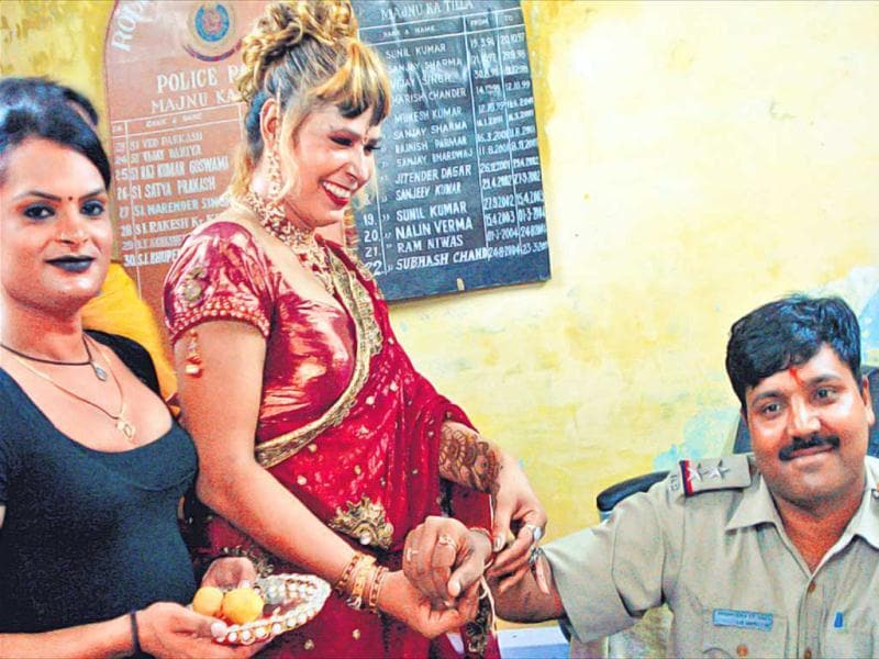 Lily, a member of the eunuch community, ties a rakhi to Bhupender Kumar, stationed at Majnu Ka Tila. HT photo