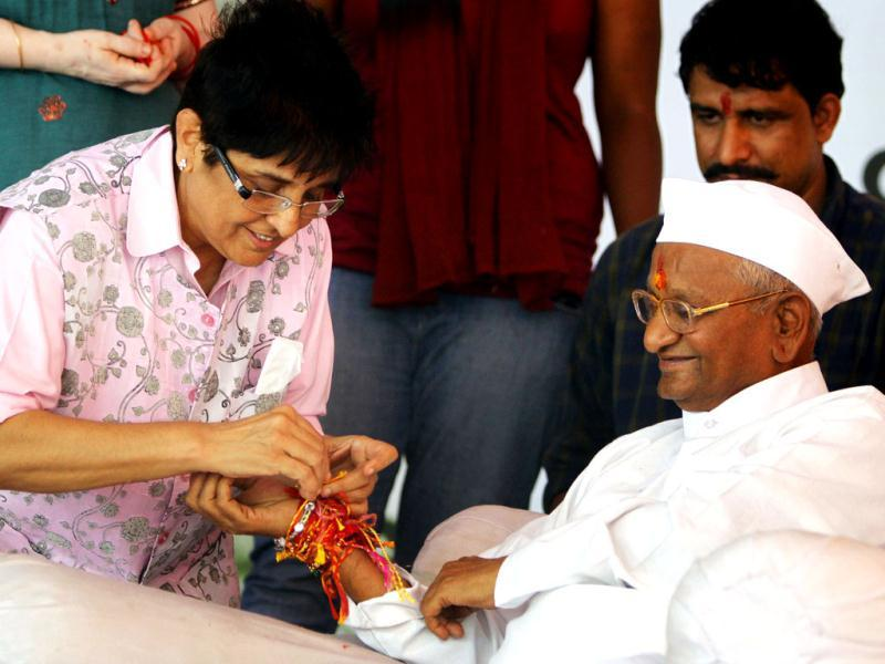 Team Anna member Kiran Bedi is seen tying a rakhi on the wrist of Anna Hazare on the fifth day of Hazare's hunger strike in New Delhi. HT Photo/Sonu Mehta