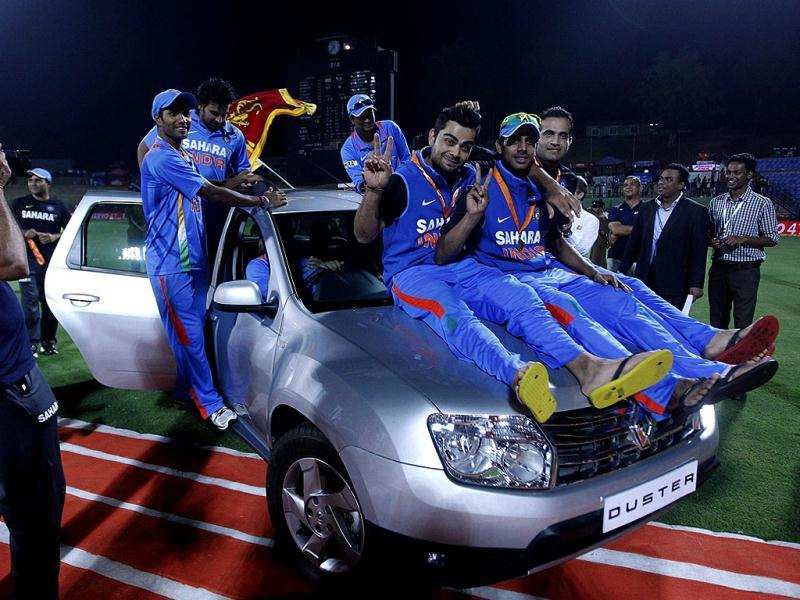 India's man of the series Virat Kohli (front L), Manoj Tiwary (front C) and Irfan Pathan (front R)