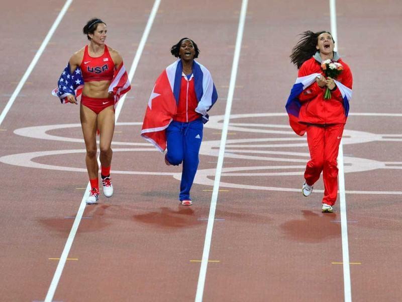 US' gold medalist Jennifer Suhr (L), Cuba's silver medalist Yarisley Silva (C) and Russia's bronze medalist Yelena Isinbayeva (R) celebrate after the women's pole vault final at the athletics event of the London 2012 Olympic Games in London. (AFP photo/Gabriel Bouys)