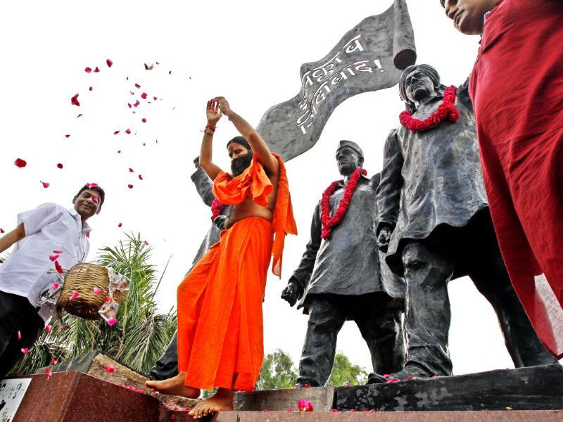 Baba Ramdev pays his tribute at Shahidi Park before starting his agitation against black money at Ramlila Maidan, in New Delhi. HT/Ajay Aggarwal