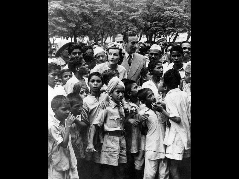 Lord Louis Mountbatten ( 1900 - 1979) and Lady Edwina Mountbatten (1901 - 1960) surrounded by children in New Delhi, at the time of Independence.  (Photo by Fox Photos/Getty Images)