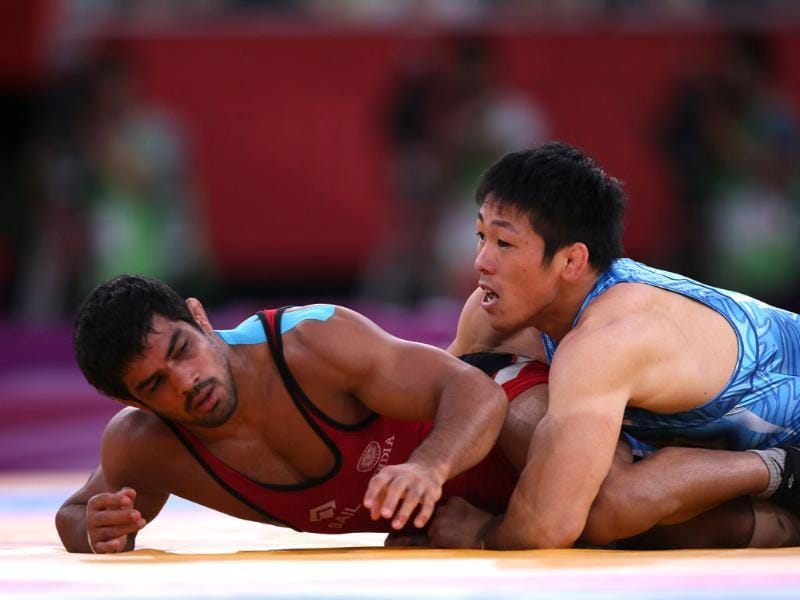 Sushil Kumar (L) wrestles Japan's Tatsuhiro Yonemitsu in their Men's 66kg Freestyle gold medal match during the wrestling event of the London 2012 Olympic Games. AFP/Marwan Naamani