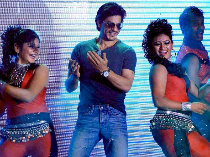SRK played to the gallery as he was seen shaking a leg to what seems like the track Chammak Challo from his film Ra.One.