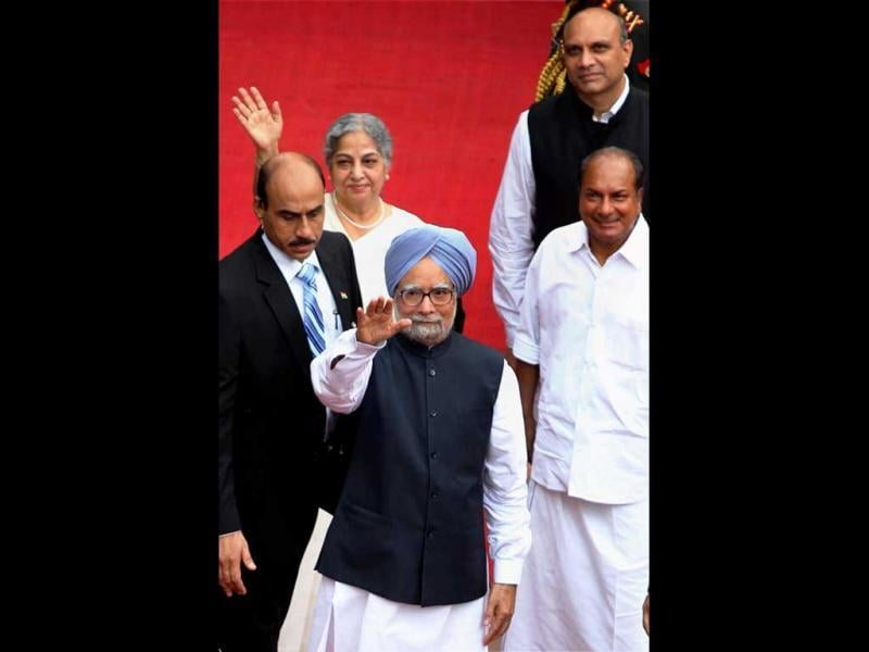 Prime Minister Manmohan Singh waves to newsmen after addressing the Nation from the ramparts of the historic Red Fort on the 66th Independence Day in New Delhi. (PTI/Kamal Kishore)
