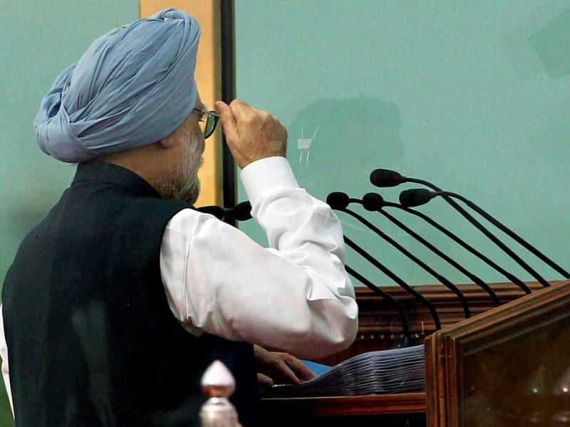 Prime Minister Manmohan Singh raises 'Jai Hind' slogan as he concludes his address to the nation from the historic Red Fort on the 66th Independence Day in New Delhi. (PTI/Atul Yadav)