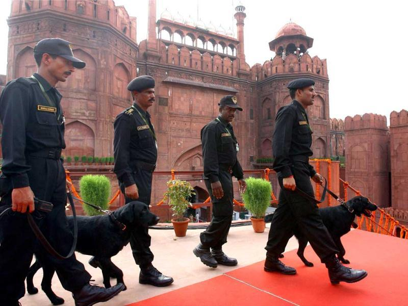 NSG Commandos with sniffer dogs at Red Fort after Prime Minister Manmohan Singh addressed the Nation on the 66th Independence Day, in New Delhi. (PTI/Kamal Kishore)
