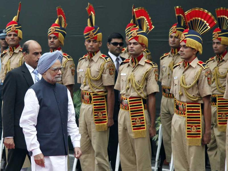 India's Prime Minister Manmohan Singh inspects a guard of honour upon his arrival at the historic Red Fort during Independence Day celebrations in Delhi. (Reuters/B Mathur)