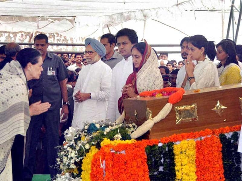 Congress President Sonia Gandhi consoles Vaishali Deshmukh, wife of the late union minister Vilasrao Deshmukh, during his funeral at Babhalgaon in Latur. (PTI Photo)