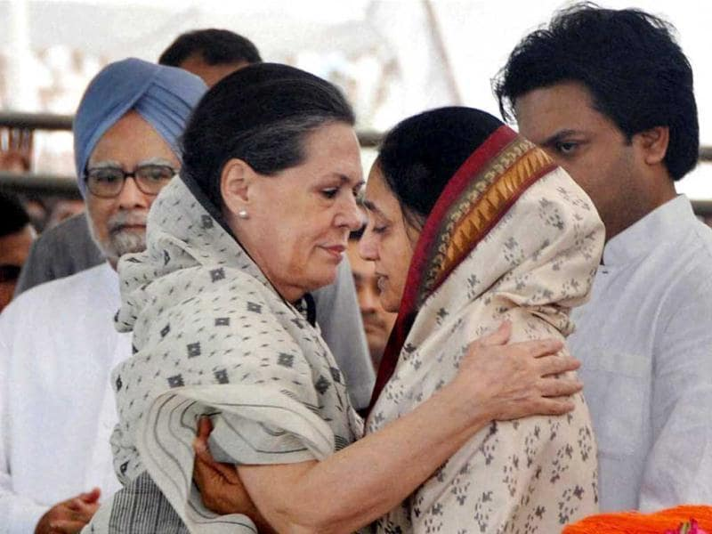 Congress President Sonia Gandhi paying her last respect to the mortal remains of union minister Vilasrao Deshmukh during his funeral ceremony at Babhalgaon in Latur. (PTI Photo)