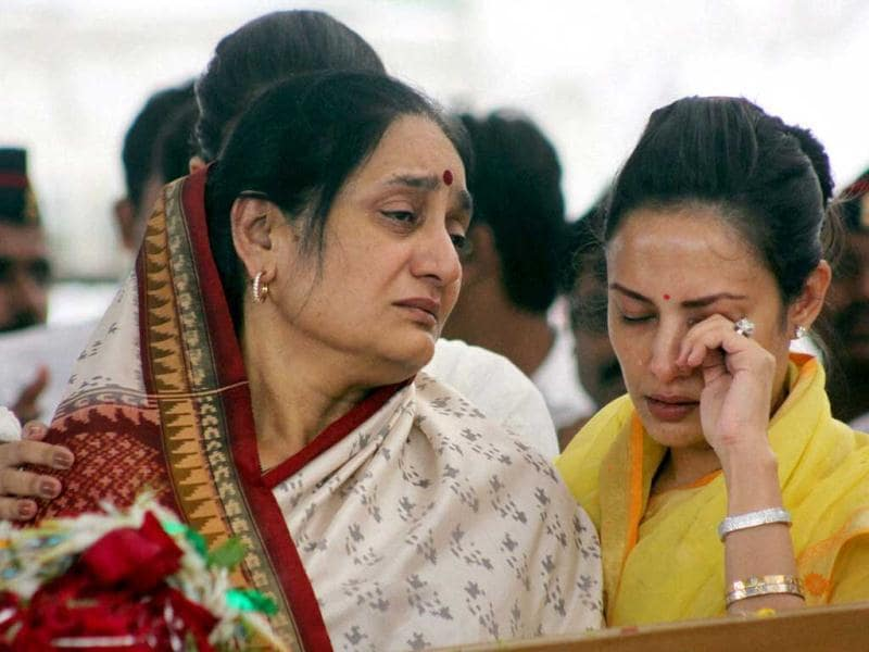 Vilasrao Deshmukh's wife Vaishali Deshmukh and daughter mourn during his funeral at Babhalgaon in Latur. (PTI Photo)