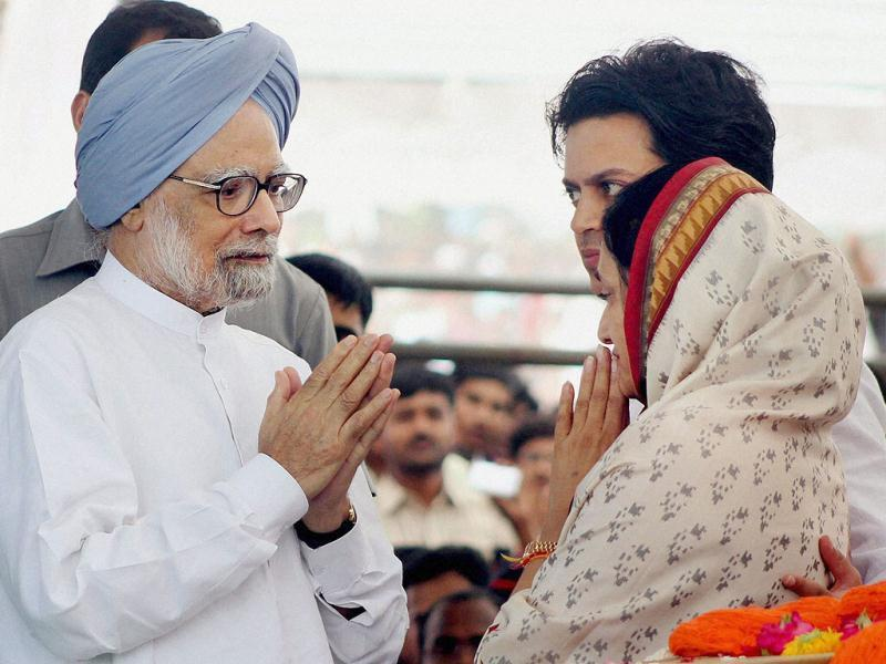 Prime Minister Manmohan Singh consoles Vaishali Deshmukh, wife of the late union minister Vilasrao Deshmukh during his funeral at Babhalgaon in Latur. PTI photo