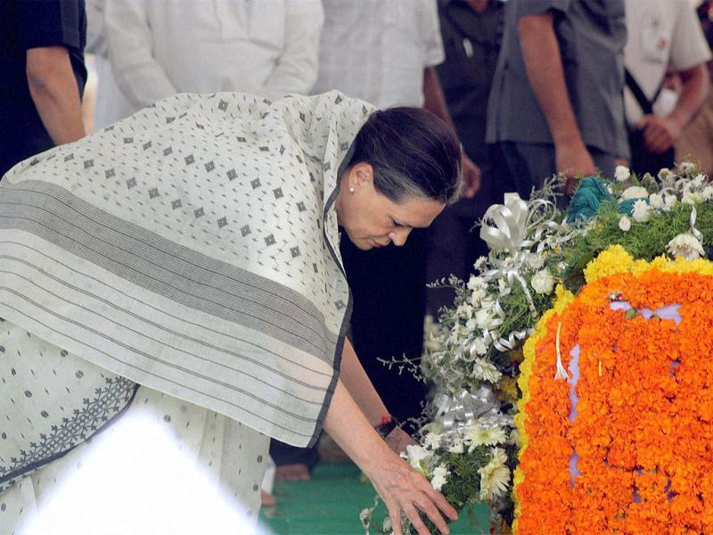 Congress President Sonia Gandhi paying her last respect to the mortal remains of union minister Vilasrao Deshmukh during his funeral at Babhalgaon in Latur. PTI photo