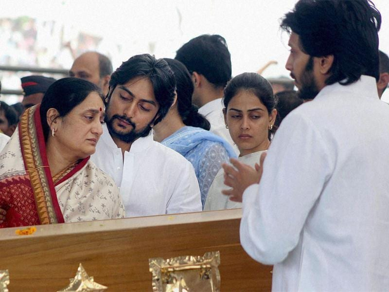 Vilasrao Deshmukh's wife Vaishali Deshmukh, sons Riteish and Dheeraj and daughter-in-law Genelia during his funeral ceremony at Babhalgaon in Latur. PTI photo