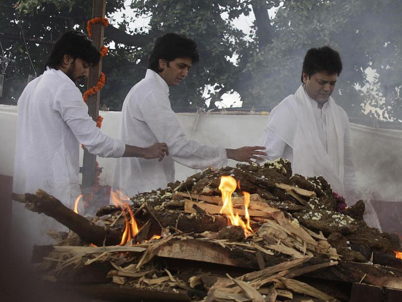 Union minister Vilasrao Deshmukh's three sons perform his last rites at his native village, Babhalgaon, Latur district, Maharashtra. HT photo/Kalpak Pathak