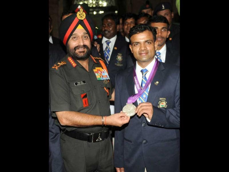 Army Chief General Bikram Singh poses with Olympic silver medal winner Vijay Kumar during an award function at the army headquarters in New Delhi. (AFP photo/Raveendran)