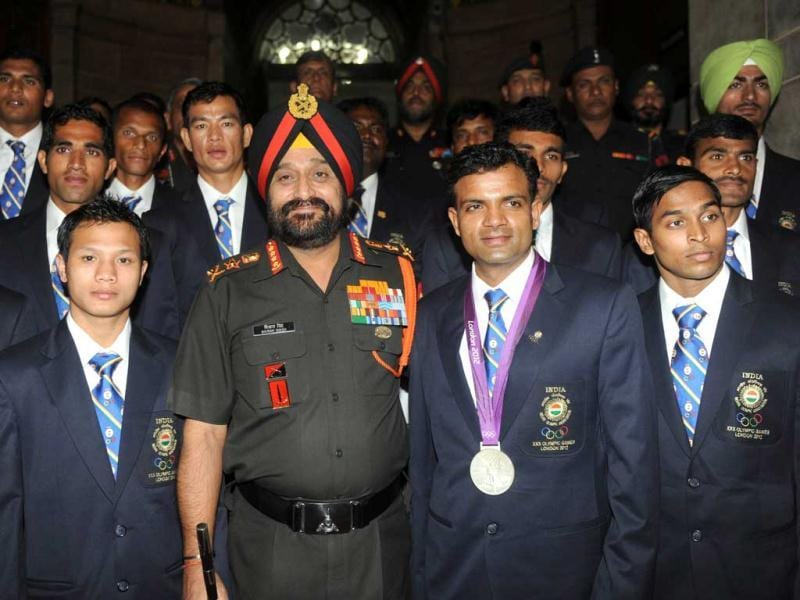 Army Chief General Bikram Singh (C) poses with Olympic silver medal winner Vijay Kumar (2nd R) and other athletes during an award function at the army headquarters in New Delhi. (AFP photo/Raveendran)