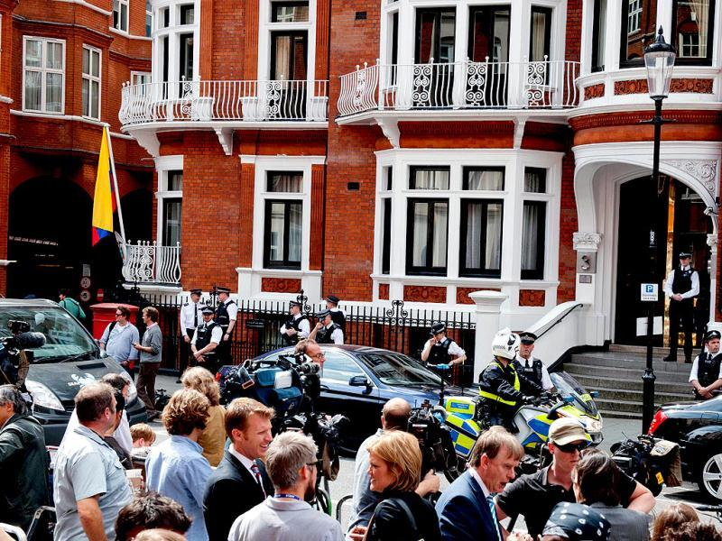 Crowd gathers outside the Ecuadorian Embassy in London. AFP/Will Oliver
