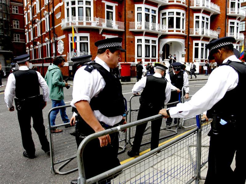British police officers place barriers outside the Ecuadorian Embassy in central London. AP/Sang Tan