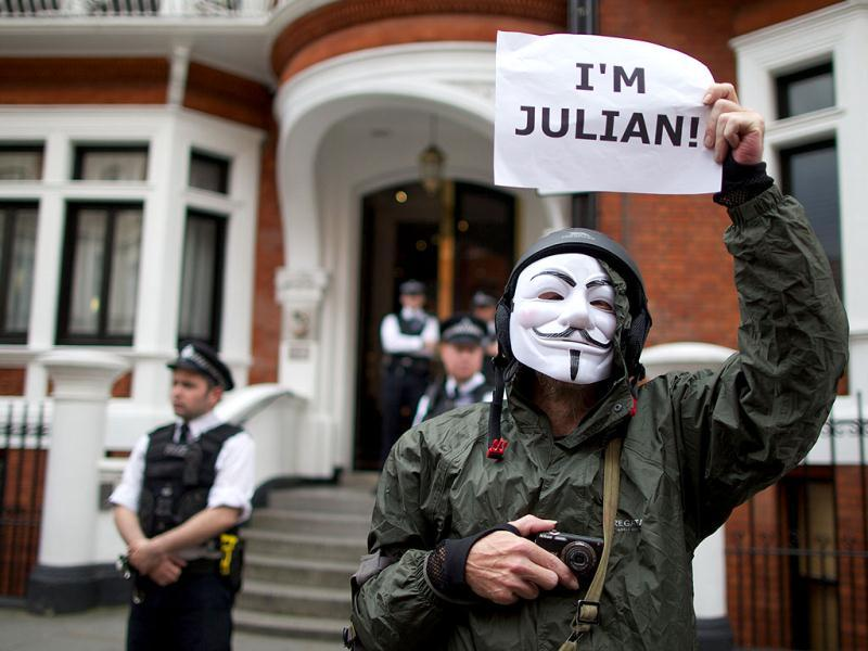 A supporter of Julian Assange stands outside the Ecuadorian embassy awaiting the Ecuadorian decision to grant Australian journalist and founder of WikiLeaks, Julian Assange Asylum, in London. (AFP Photo)