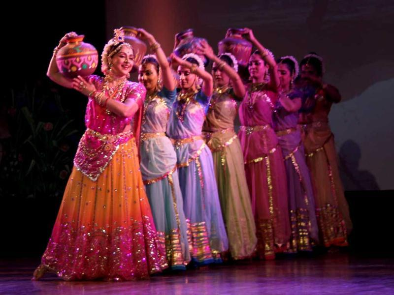 Bollywood actor Hema Malini with her dance troupe performing
