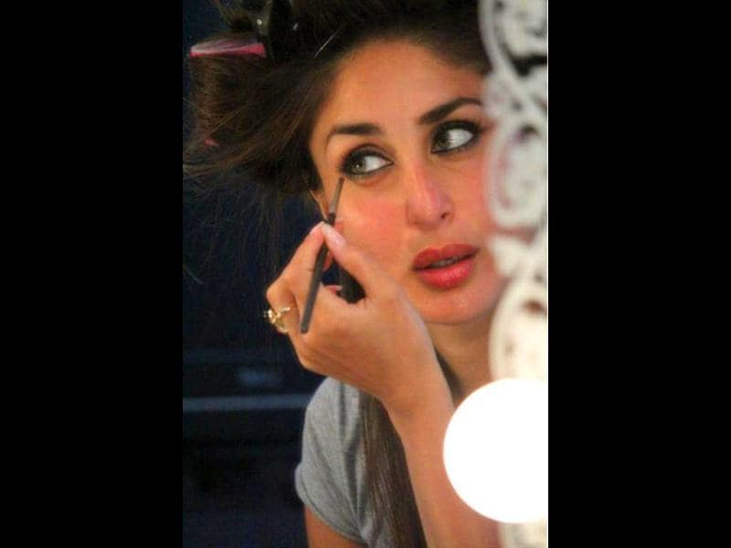 Madhur Bhandarkar tweeted this pic where Kareena Kapoor is applying some make-up.